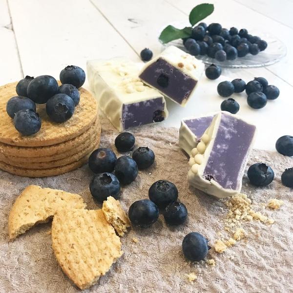 CHOKLADBUDET - Mjuk Fudge med smak av Blåbär Cheesecake